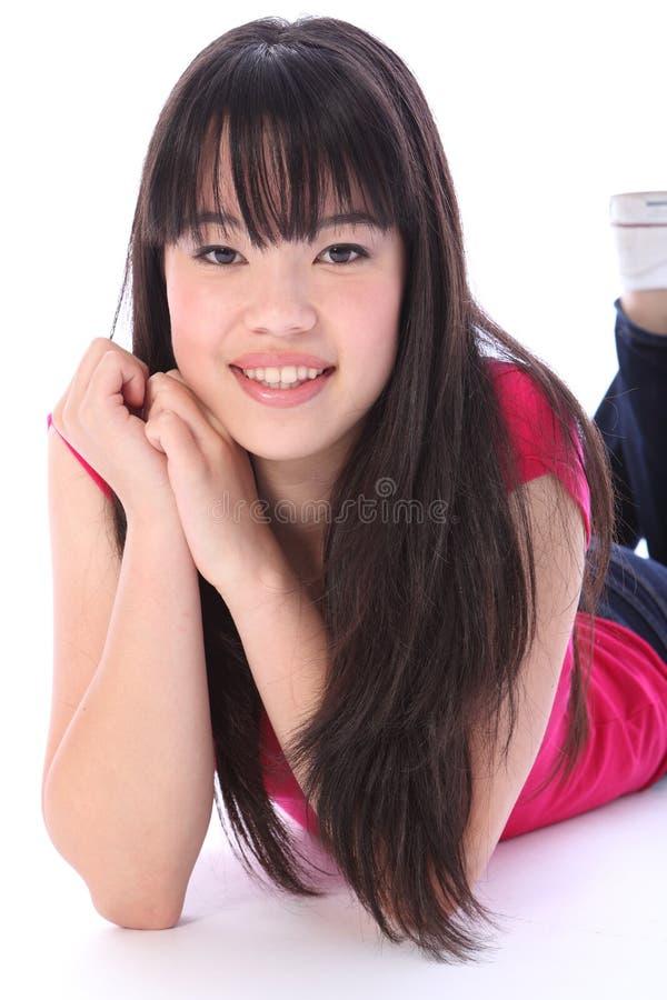 Muchacha bastante oriental del estudiante del adolescente del retrato imagen de archivo libre de regalías