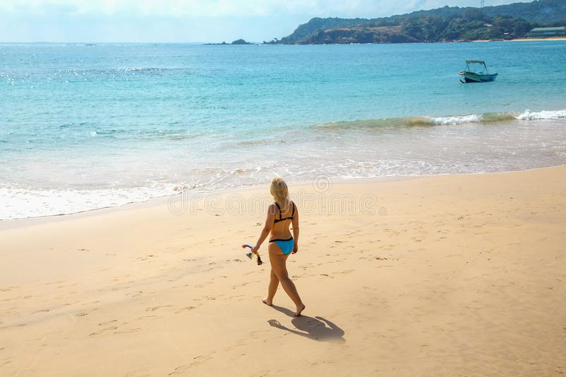 Muchacha blanca joven en el bikini que va a bucear en el mar con la máscara y el tubo fotos de archivo