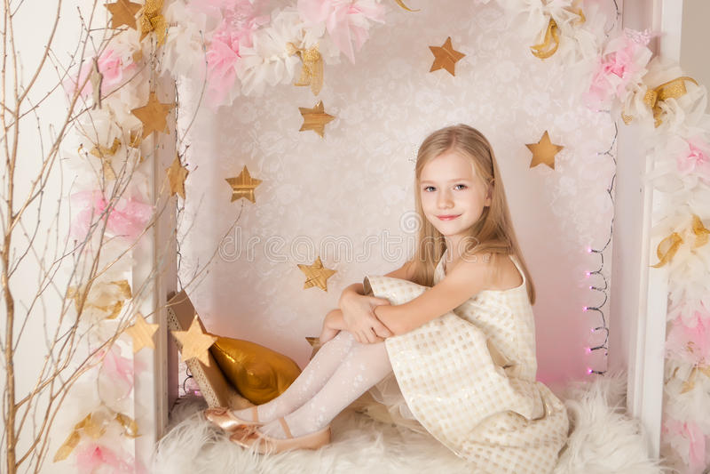 Muchacha blondy sonriente linda foto de archivo