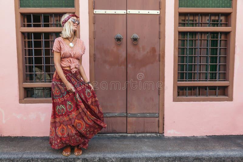 Muchacha boho caminando por la calle de la ciudad fotos de archivo libres de regalías