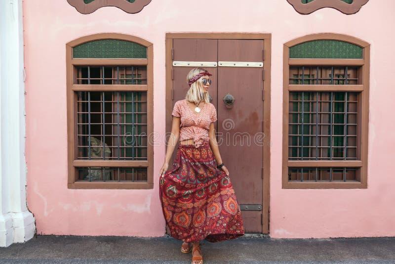 Muchacha boho caminando por la calle de la ciudad imagenes de archivo