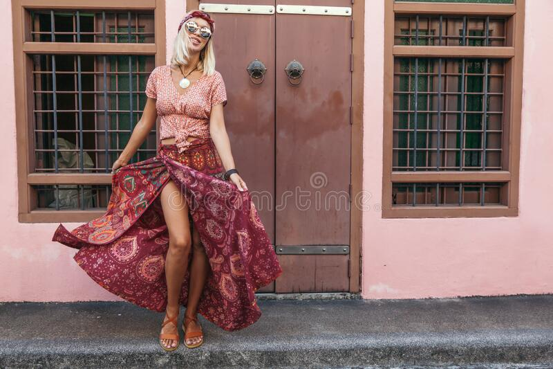Muchacha boho caminando por la calle de la ciudad fotografía de archivo libre de regalías