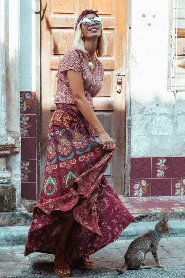 Muchacha boho caminando por la calle de la ciudad foto de archivo