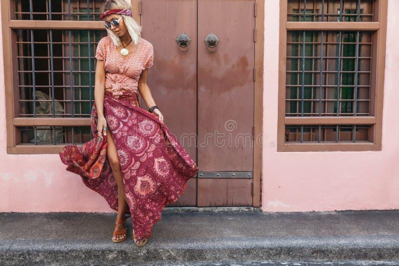 Muchacha boho caminando por la calle de la ciudad imagen de archivo libre de regalías