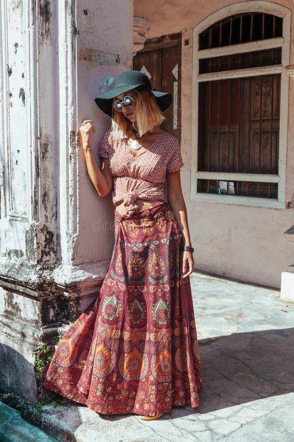 Muchacha boho caminando por la calle de la ciudad imágenes de archivo libres de regalías