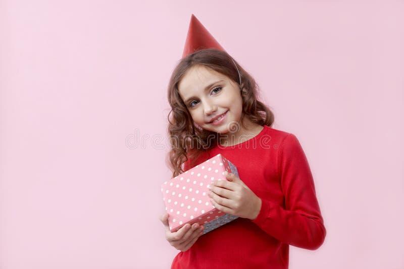 Muchacha bondadosa joven muy feliz y satisfecha recibido su BI foto de archivo libre de regalías