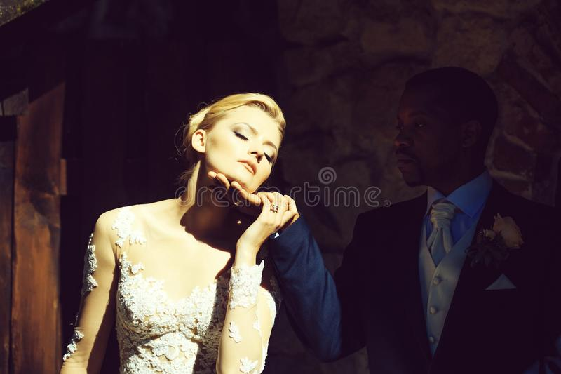 Muchacha bonita cariñosa o novia hermosa que besa al hombre hermoso fotos de archivo