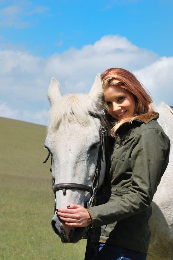 Muchacha bonita con el caballo imagen de archivo libre de regalías