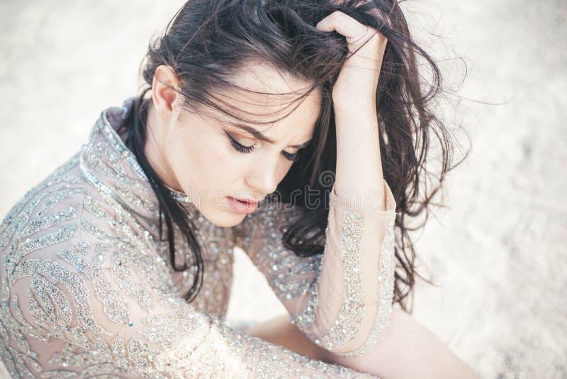 Muchacha bonita con el pelo moreno largo Salón de belleza y peluquero Retrato de la manera de la mujer atractiva Muchacha linda a fotografía de archivo libre de regalías