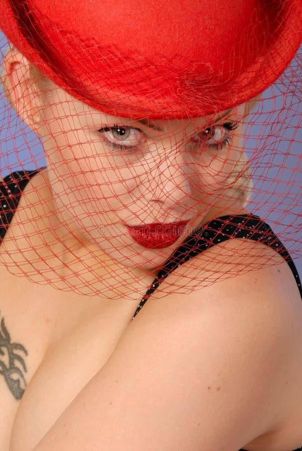 Muchacha bonita con el retrete sensual, en sombrero rojo fotos de archivo