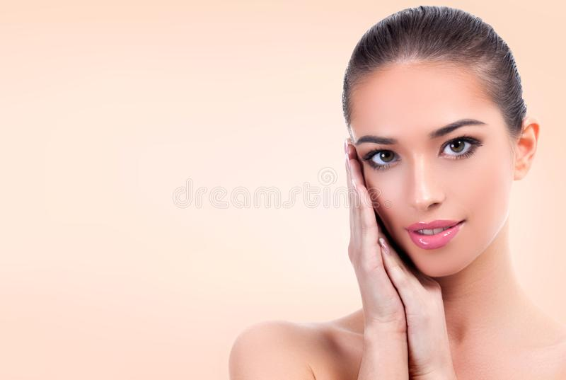 Muchacha bonita con la piel limpia y fresca fotografía de archivo