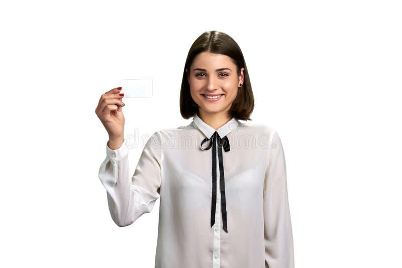 Muchacha bonita con la tarjeta de papel en blanco imagen de archivo