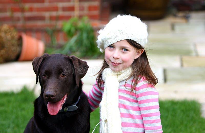 Muchacha bonita con Labrador fotografía de archivo libre de regalías
