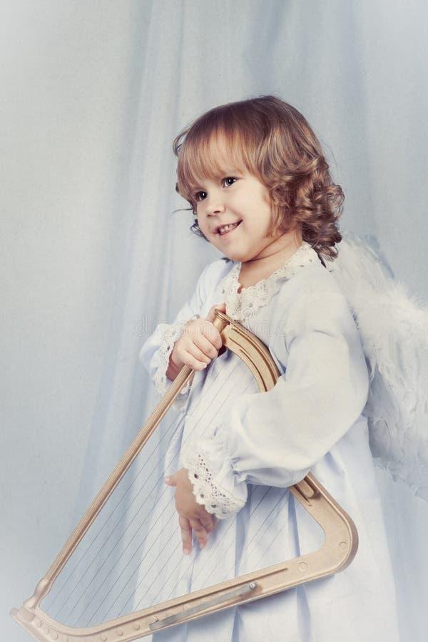 Muchacha bonita con las alas, la Navidad imágenes de archivo libres de regalías