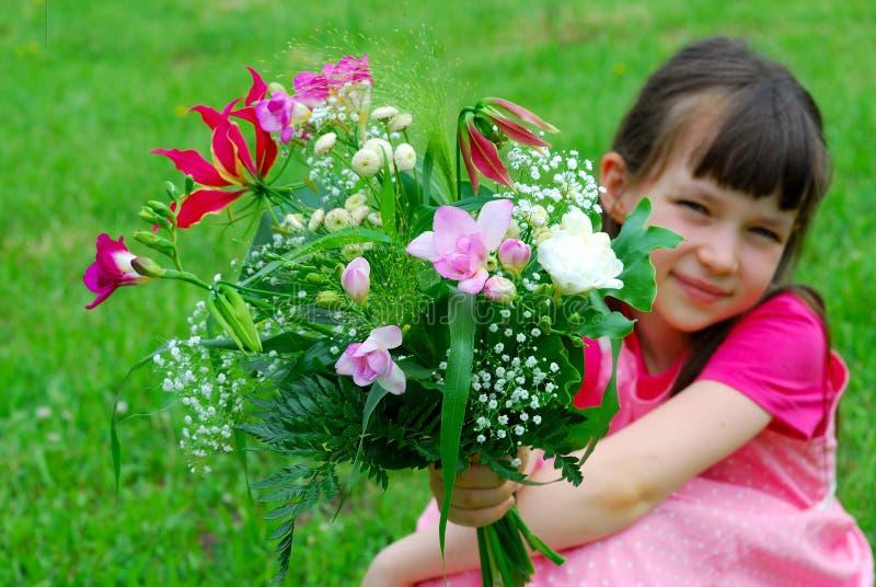 Muchacha bonita con las flores imagen de archivo