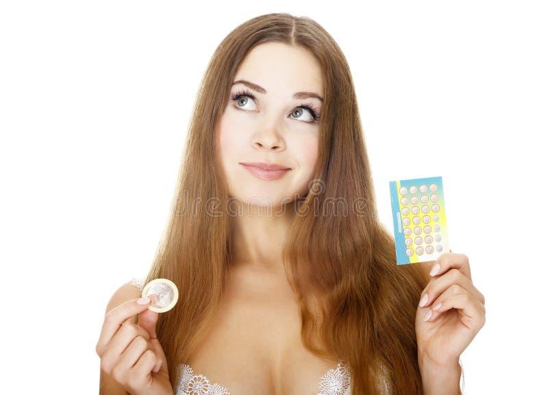 Muchacha bonita con los contraceptivos fotos de archivo libres de regalías