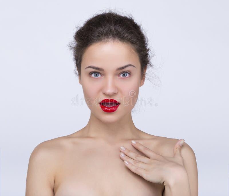 Muchacha bonita con los labios rojos fotos de archivo