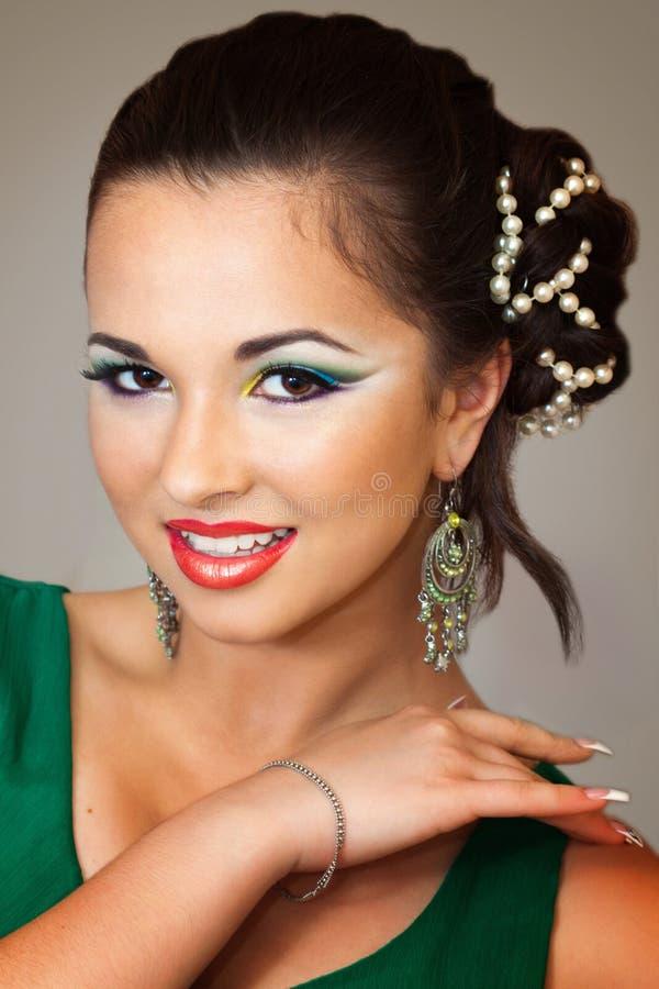 Muchacha bonita con maquillaje oriental foto de archivo