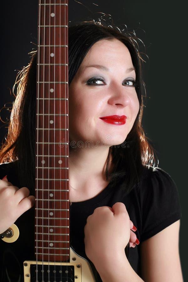 Muchacha bonita con una guitarra fotografía de archivo