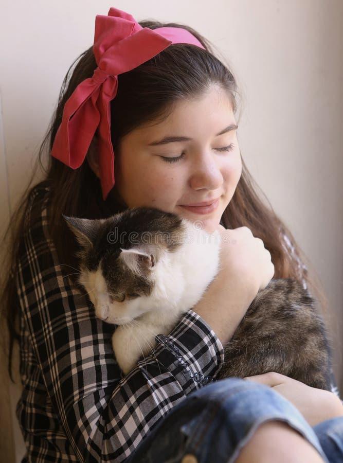 Muchacha bonita del adolescente que abraza con el gato del animal doméstico fotos de archivo