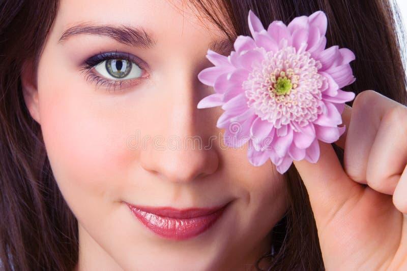 Muchacha bonita del retrato de los primers con el crisantemo de la flor de la lila foto de archivo libre de regalías