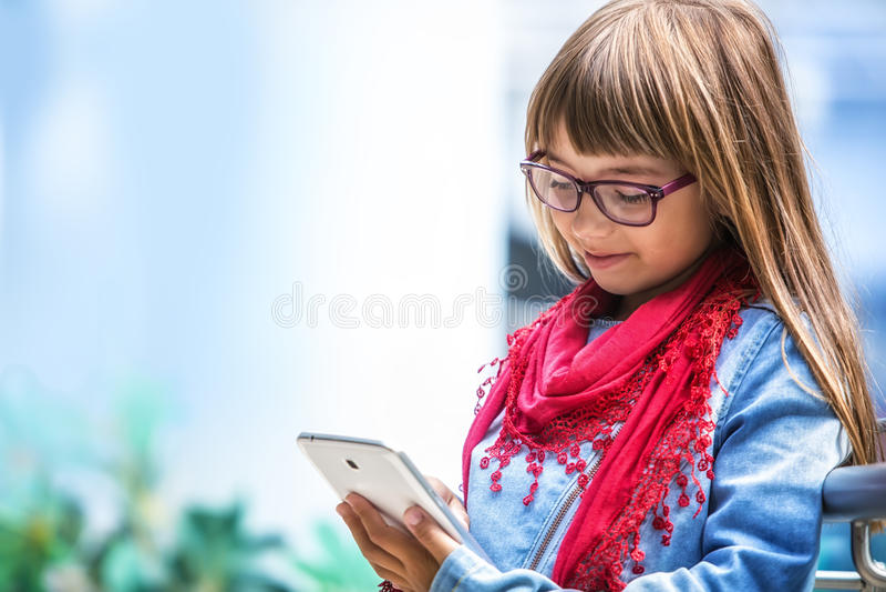 Muchacha bonita del youn con la tableta imágenes de archivo libres de regalías