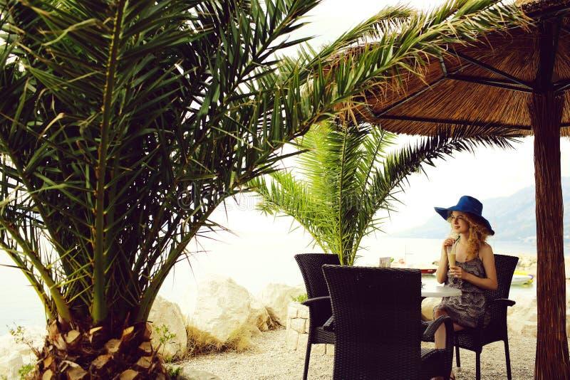 Muchacha bonita en caf? de la playa imágenes de archivo libres de regalías