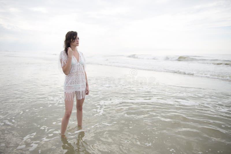 Muchacha bonita en el batimiento blanco del vestido imagen de archivo libre de regalías