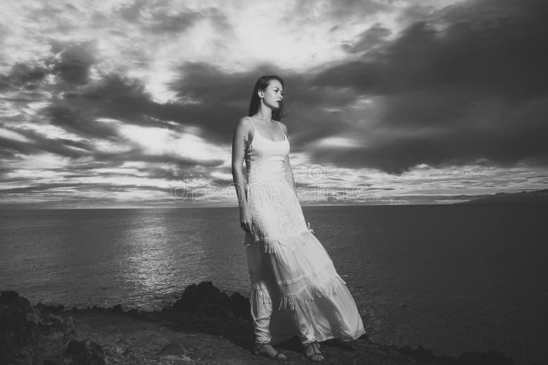 Muchacha bonita en el vestido atractivo blanco del verano en la playa del mar imagenes de archivo