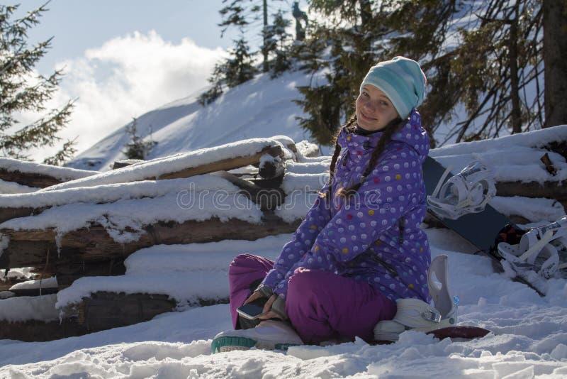 Muchacha bonita en estación de esquí fotos de archivo libres de regalías