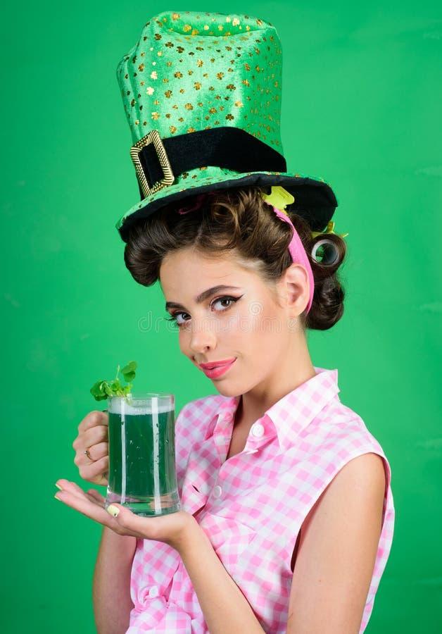 Muchacha bonita en estilo del vintage cóctel retro del verano de la bebida de la mujer muchacha modela con el pelo de la moda per fotos de archivo