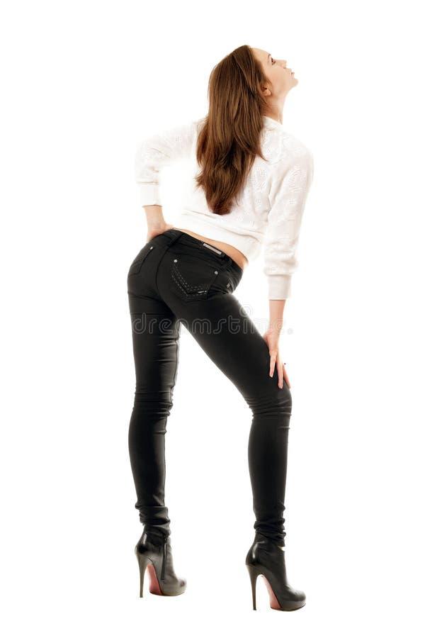 Muchacha bonita en pantalones vaqueros apretados negros foto de archivo