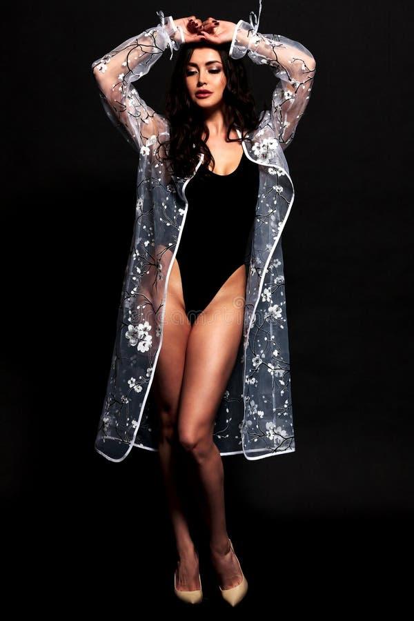 Muchacha bonita en traje de baño y albornoz negros fotografía de archivo libre de regalías