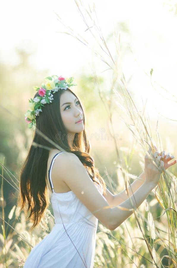 Muchacha bonita en un jardín de flores de la primavera fotos de archivo