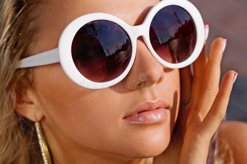 Muchacha bonita en vidrios de sol foto de archivo