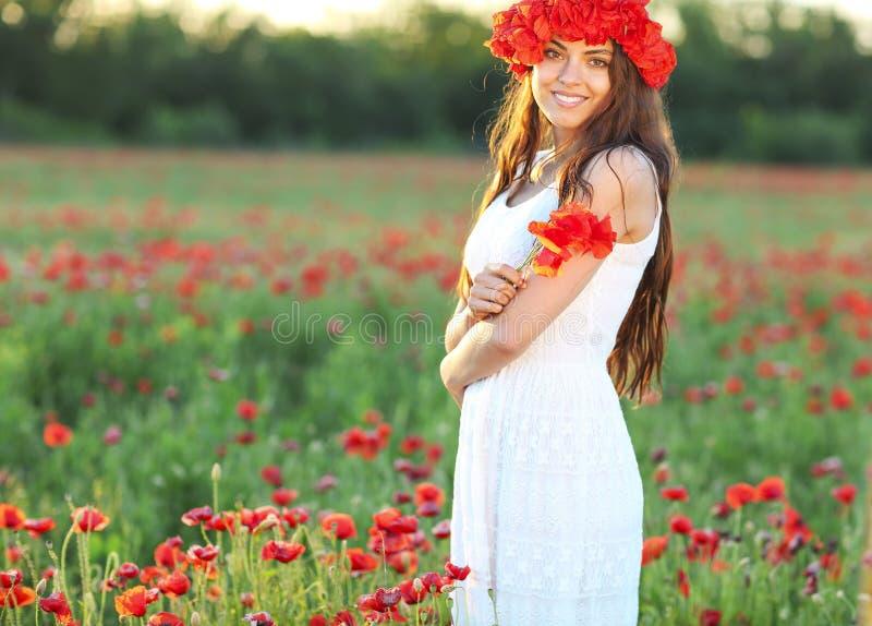 Muchacha bonita joven con la guirnalda de la flor imagenes de archivo