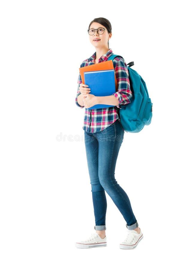 Muchacha bonita joven del estudiante que mira la pantalla vacía foto de archivo