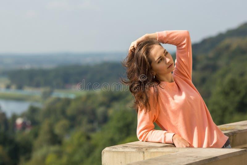 Muchacha bonita joven que presenta al aire libre Feliz imágenes de archivo libres de regalías