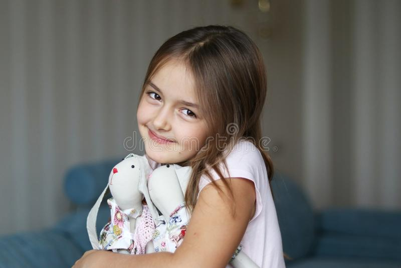 Muchacha bonita que abraza conejos de conejito imagen de archivo libre de regalías