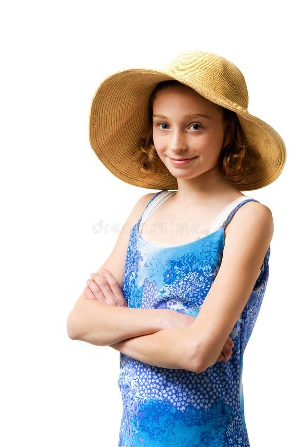 Muchacha bonita que desgasta un sunhat de la paja imagen de archivo libre de regalías