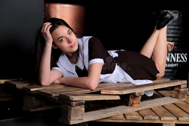 Muchacha bonita que miente en el cajón de madera