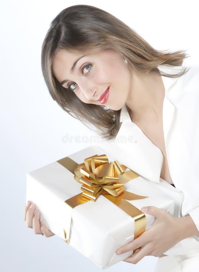 Muchacha bonita que sostiene un regalo fotografía de archivo