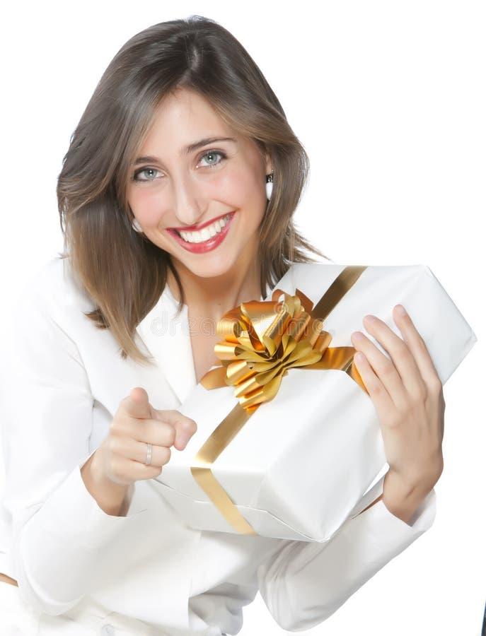 Muchacha bonita que sostiene un regalo fotos de archivo