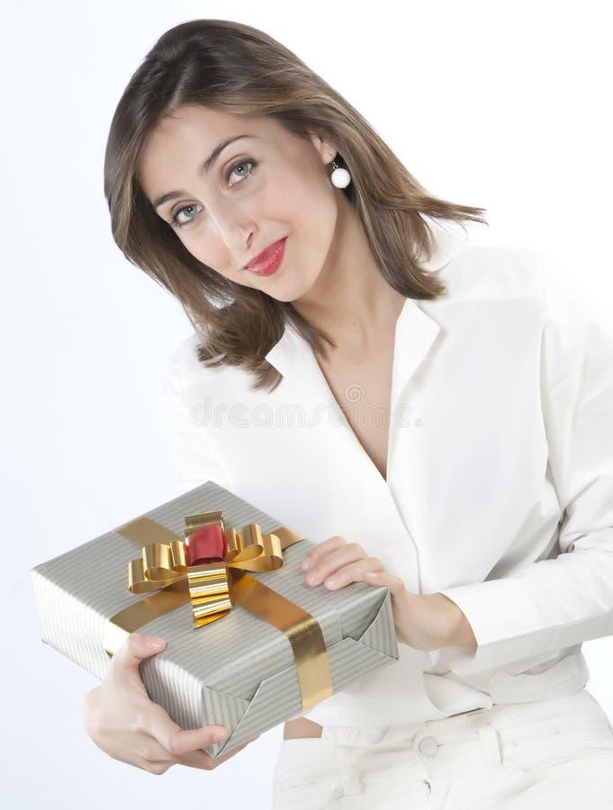 Muchacha bonita que sostiene un regalo fotografía de archivo libre de regalías