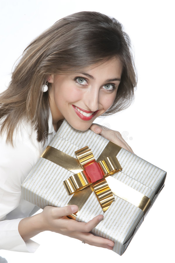 Muchacha bonita que sostiene un regalo foto de archivo