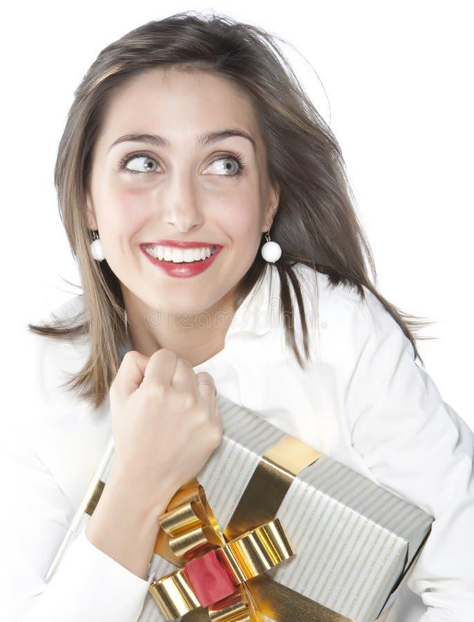 Muchacha bonita que sostiene un regalo fotos de archivo libres de regalías
