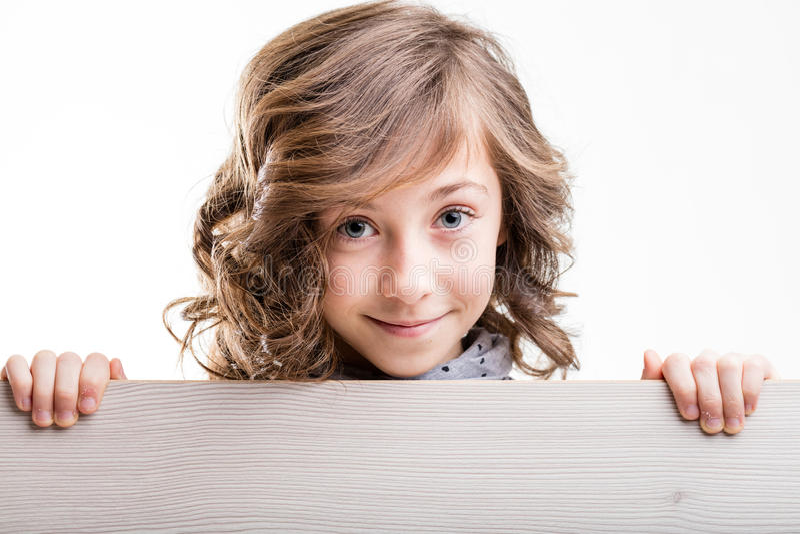 Muchacha cabelluda rubia joven sonriente foto de archivo libre de regalías
