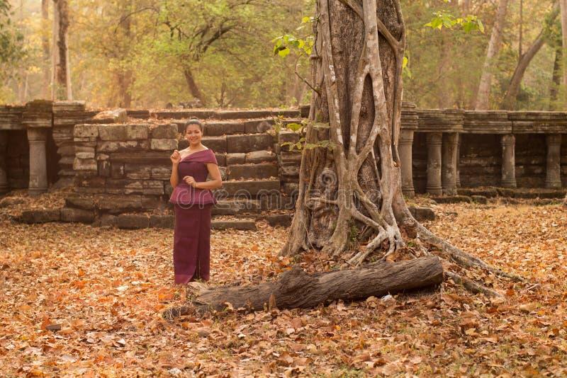 Muchacha camboyana en vestido del Khmer en las ruinas antiguas en Angkor Thom fotografía de archivo