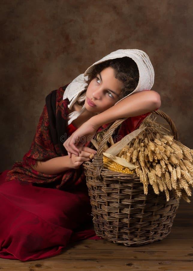 Muchacha campesina victoriana con la cesta imagen de archivo