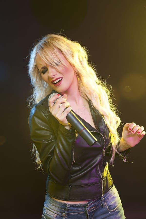 Muchacha cantante imagen de archivo